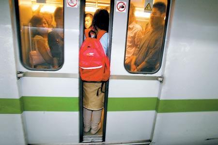 对很多人而言 每次挤地铁的过程 都像是一场硬仗