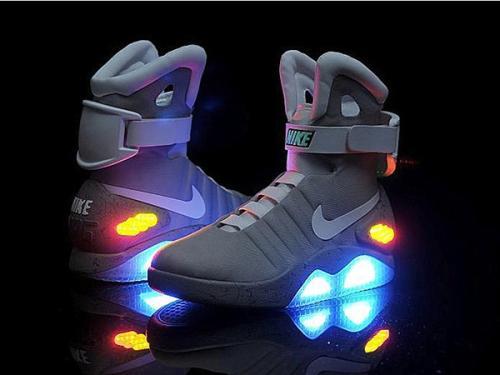 耐克月球鞋和回归未来运动鞋在拍卖会上出售