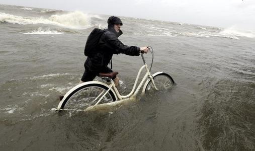 短暂的飓风巴里减弱为热带风暴 有危及生命的洪水风险