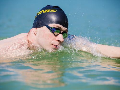 初创公司FORM推出了高级游泳护目镜 其中AR集成在镜头中