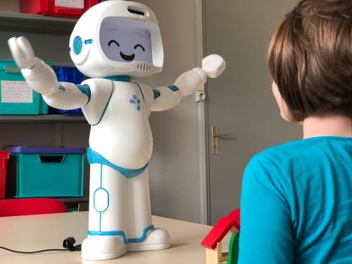 新的研究证明 社交机器人可以使住院儿童受益