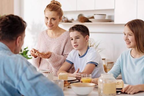 与父母一起吃早餐与青少年的正面形象有关